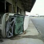 横倒しの車